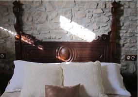 Habitación con cama de matrimonio en tonos beige