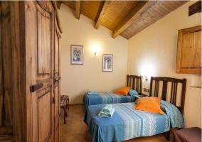 Habitación con 2 camas y techo abuhardillado