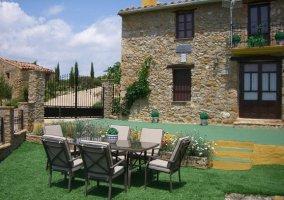 Jardín con mesa de exterior