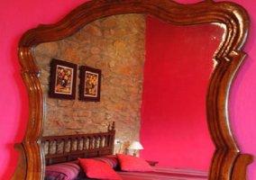 Dormitorio rojo con espejo