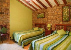 Dormitorio verde con dos camas