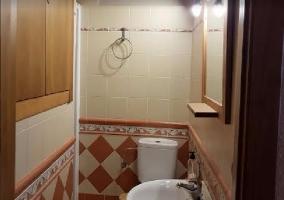 Aseo de la casa con ducha y azulejos de colores
