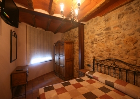 Dormitorio de pared de piedra de la casa rural