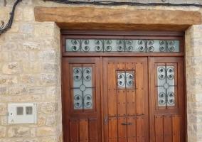 Vistas de la entrada a la casa con puerta de madera