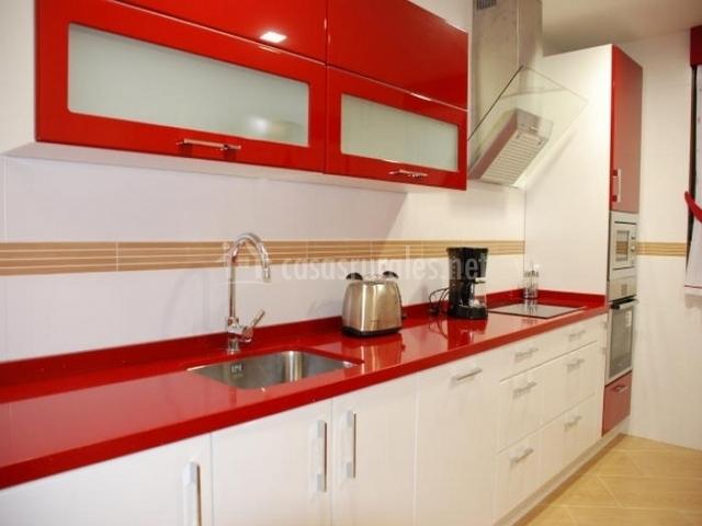 Casa rural maribella en zazuar burgos for Cocina blanca encimera roja