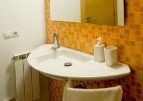 Cuarto de baño con espejo