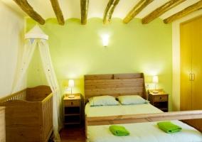 Habitación verde de matrimonio con cuna