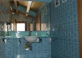 Cuarto de baño azul con encimera de cristal