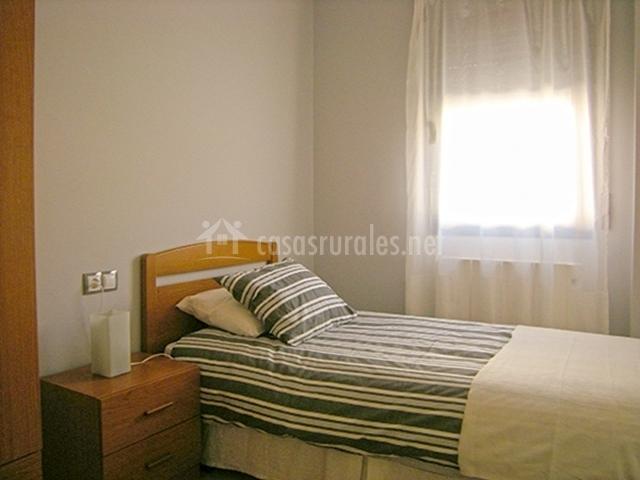 Dormitorio con cama de uno