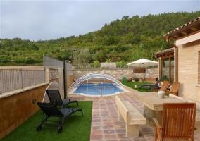 Mesa de piedra y piscina en la terraza