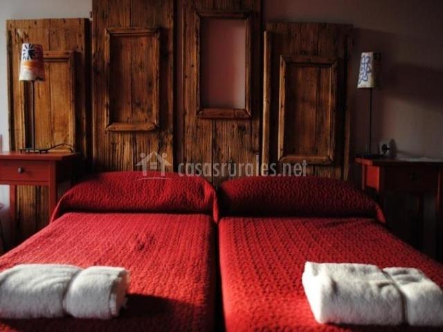 Dormitorio con camas individuales en el primer piso