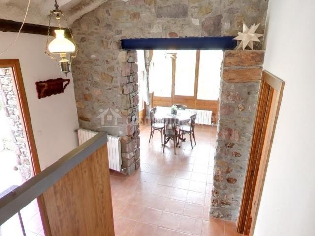 Entrada a la casa y mesa con sillas desde la escalera