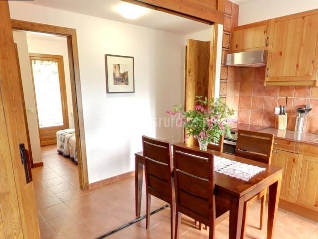 Mesa de comedor junto a la cocina y el pasillo