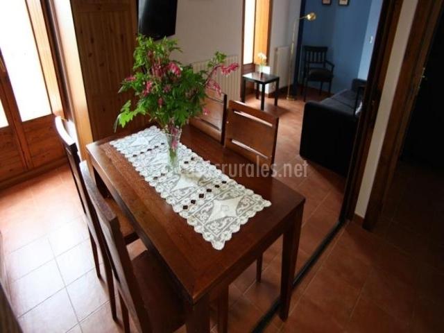 Mesa de comedor junto al salón y a la cocina