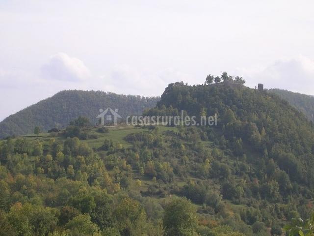 Vista general del castillo de Rocabruna y colinas