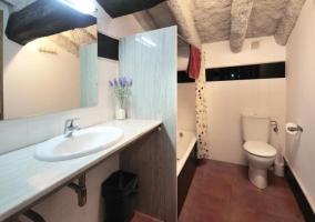 Aseo con ducha y techo de piedra