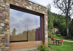 Cristalera vista desde fuera y muebles de exterior