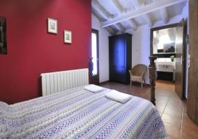 Dormitorio de matrimonio con acceso a su propio aseo