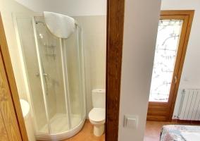 Entrada al aseo con ducha del dormitorio