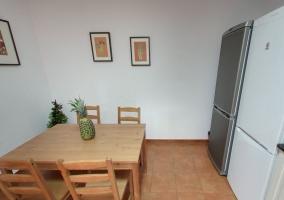 Mesa de la cocina junto a dos neveras con congelador