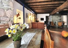 Mesa de madera en la misma estancia que el salón comedor