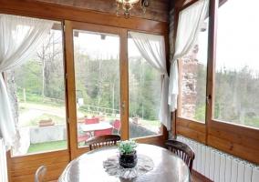 Vista desde el recibidor de la casa con mesa redonda