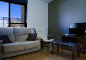 Sala de estar con comedor de uno de los apartamentos