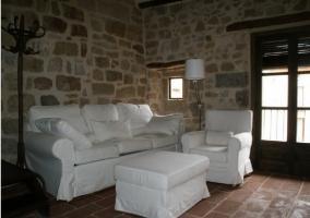 Sala de estar con moderna chimenea