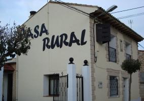 Fachada de casa rural con puerta de metal