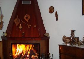 Cocina y mesa amplia con sillas de casa rural