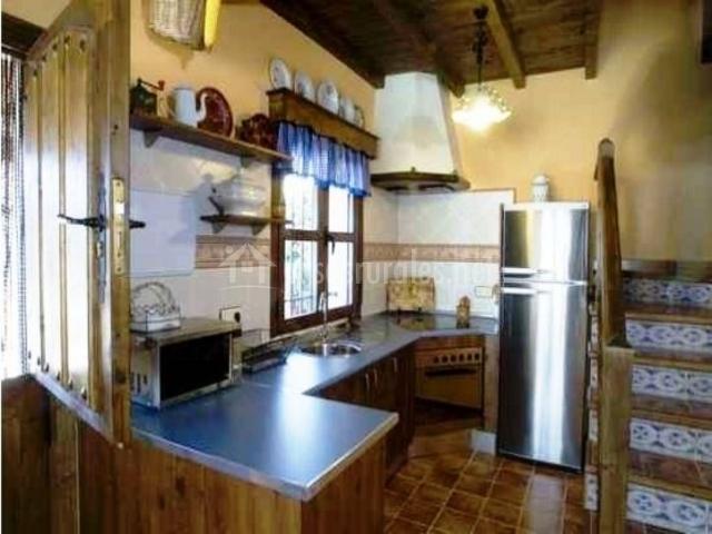 Cocina de madera y electrodomésticos