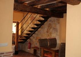 Mesa de comedor bajo las escaleras