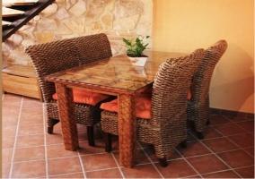 Mesa de comedor con sillas de mimbre