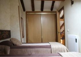 Habitación con armario empotrado y puertas correderas