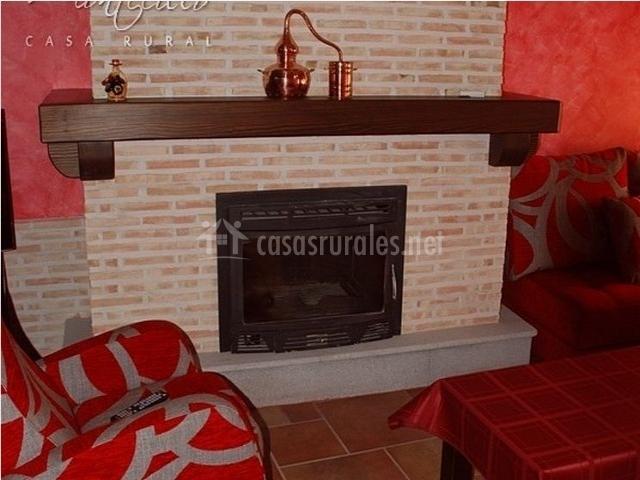 Detalle del salón con chimenea