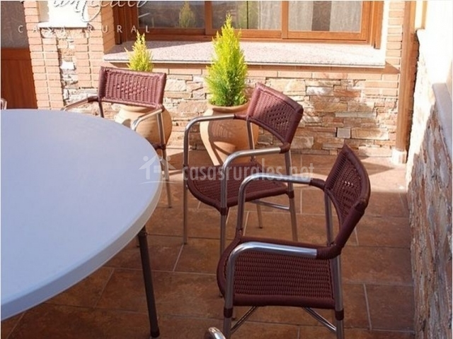 Detalle de la mesa y sillas del patio