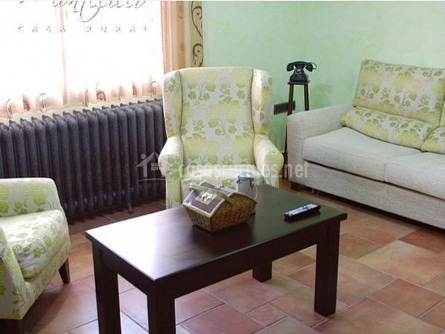Saloncito con sillones frente al televisor