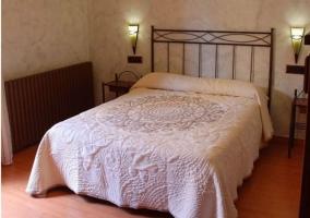 Dormitorio matrimonial con cabecero de forja