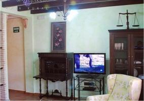 Parte del salón de la casa con televisor