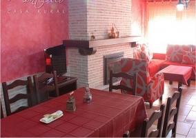 Salón comedor con chimenea