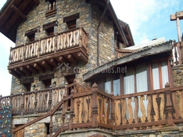 Exterior en piedra rústica y madera