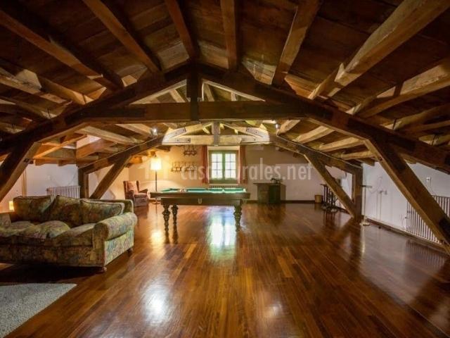 Buhardilla de la casa con billar y suelo de madera