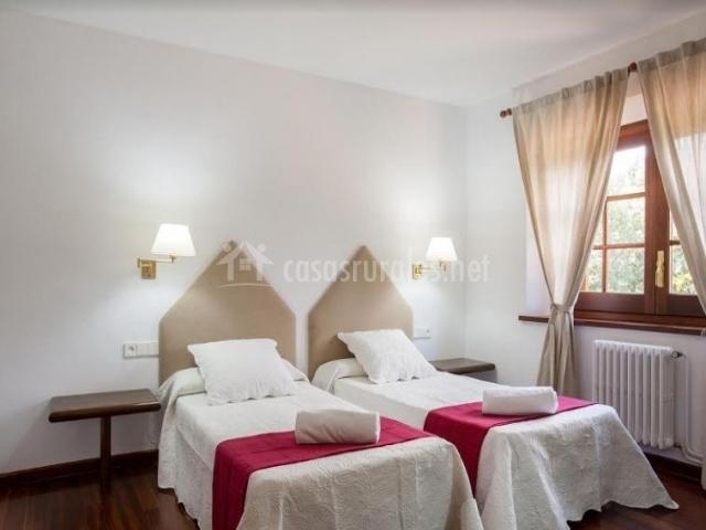 Dormitorio doble con originales cabeceros en pico