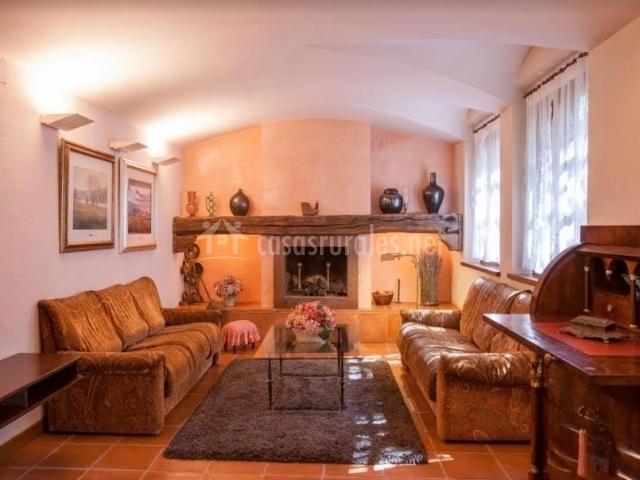 Sala de estar luminosa con chimenea en el centro