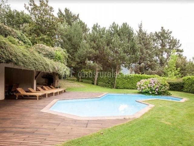 Vistas de la piscina rodeada de espacios verdes