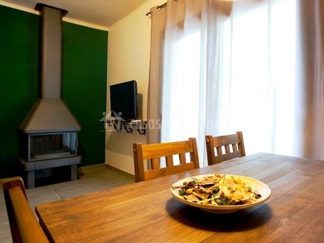 Mesa de comedor y chimenea de la sala de estar
