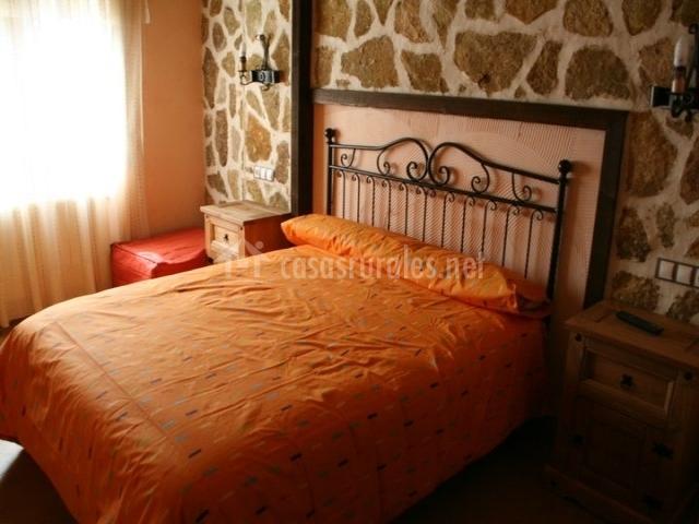 Dormitorio con cama grande naranja