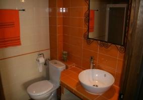 Baño naranja con lavabo moderno