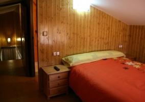 Dormitorio con cama de matrimonio rojo