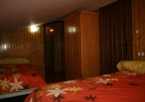 Dormitorio con dos camas con armarios
